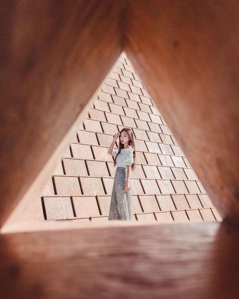 像被關在三角巧克力裡,這樣的視角拍起來超可愛(圖/ _a.raw_@instagram提供)