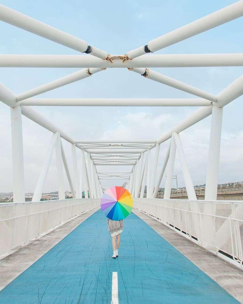 簡約橋身跟藍天白雲最相襯,從橋上還能眺望許多美景呢(圖imissrainbow@instagram提供)