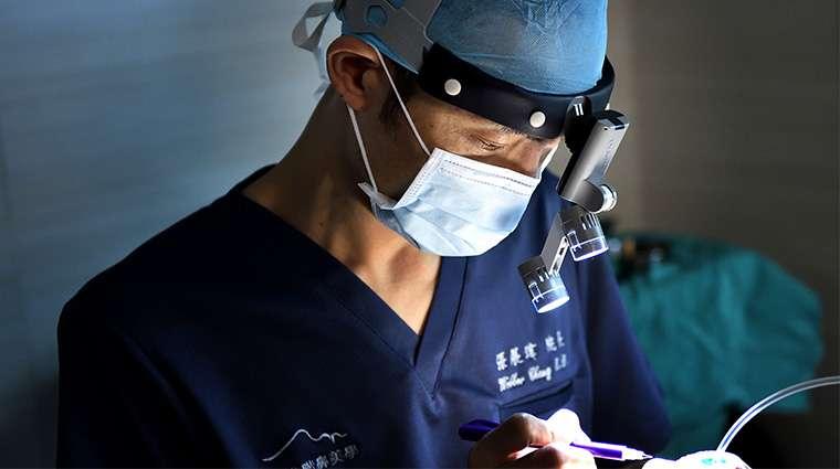 張展瑋院長強調,鼻整形是較為複雜且高技術的手術,愛美想改善鼻型的消費者,術前應與精通鼻部構造且經驗豐富的專業鼻整形醫師進行諮詢溝通。(圖/NOW健康提供)