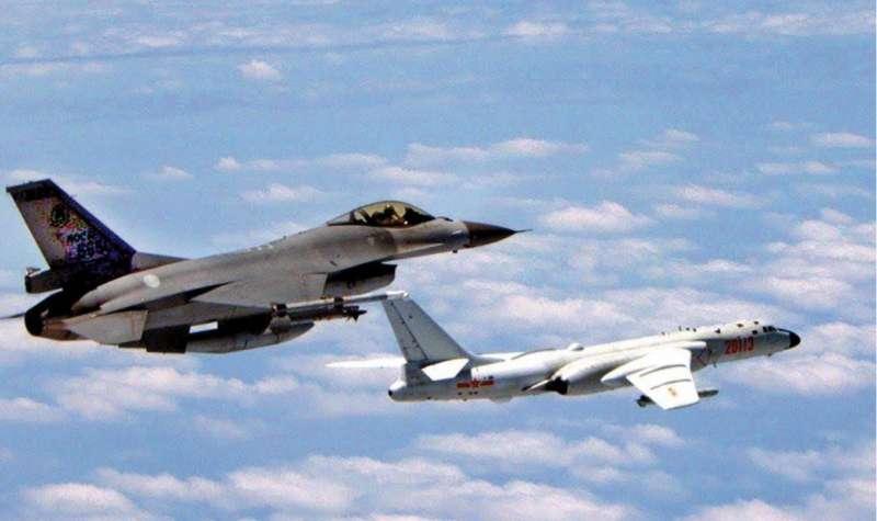 台美關係持續升溫讓北京政府相當介意,不斷派出軍機頻頻侵擾海峽中線。(國防部提供)