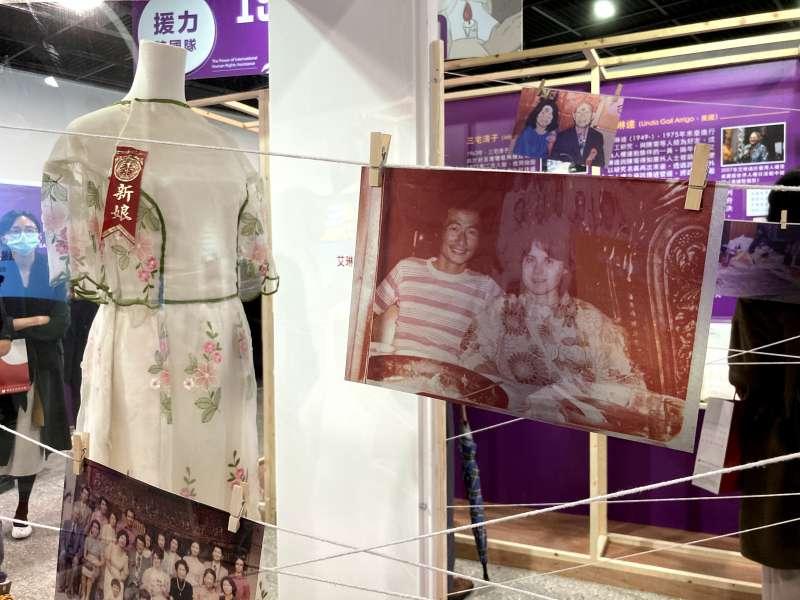 釋放台灣政治犯-海內外人權救援展:展覽顧問艾琳達與施明德結婚時身穿的婚紗,前方為艾琳達、施明德的合影。(鍾巧庭攝)