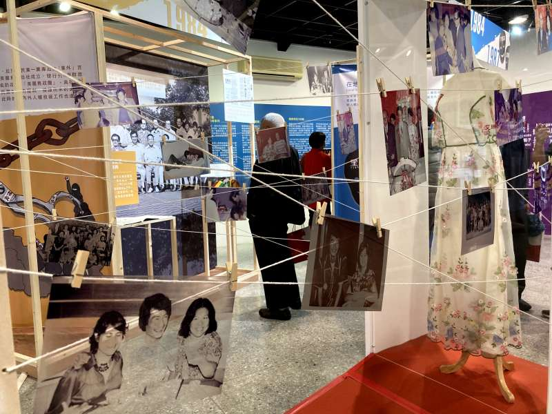 釋放台灣政治犯-海內外人權救援展:展覽顧問艾琳達與施明德結婚時身穿的婚紗,前方為艾琳達、施明德、陳菊的合影。(鍾巧庭攝)