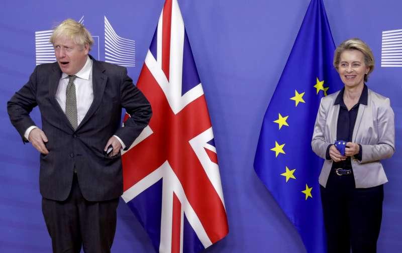 英國首相強森與歐盟委員會主席馮德萊恩9日在比利時布魯塞爾會面(美聯社)