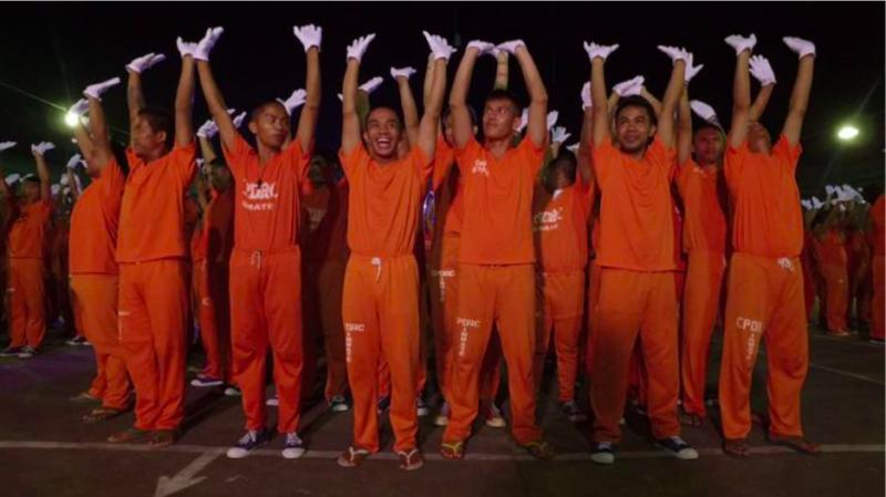 《微笑監獄》是位於宿霧拘留所中的一個故事,這拘留所因為囚犯們隨音樂跳舞的影片而爆紅,被世界許多人關注。(圖/方格子Vocus)