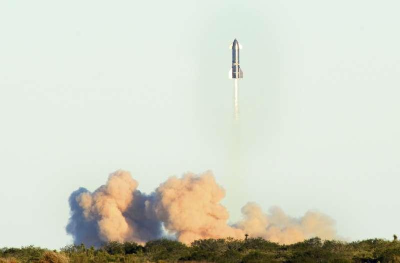 「星艦」火箭9日的起飛作業十分順利,然而因發動機故障,火箭急速降落導致爆炸。(AP)
