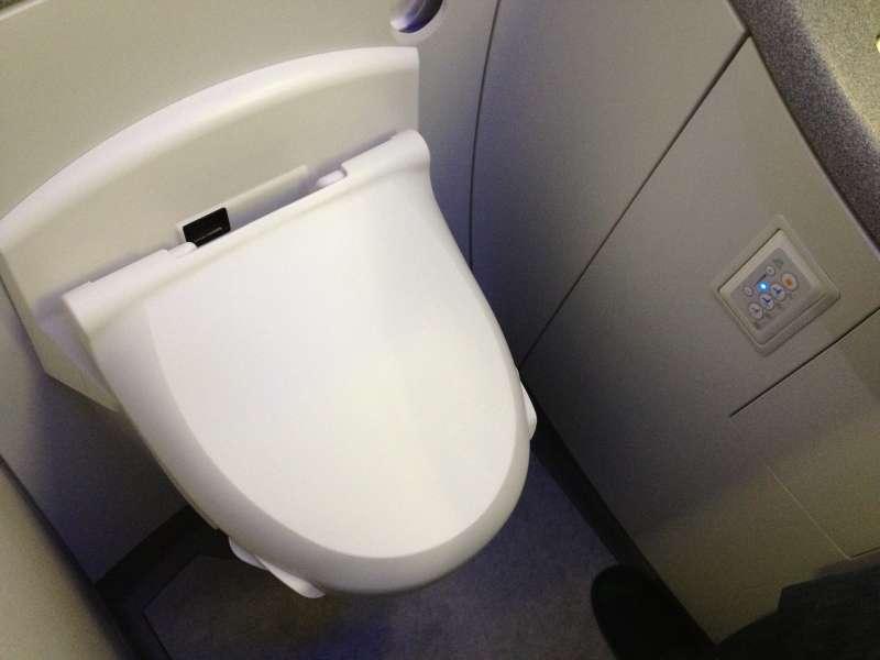 機艙廁所內病菌傳播成熱門話題。(by Karl Baron@Flickr)