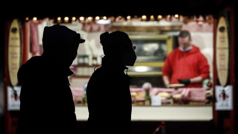 德國民眾配戴口罩逛聖誕市集。(美聯社)