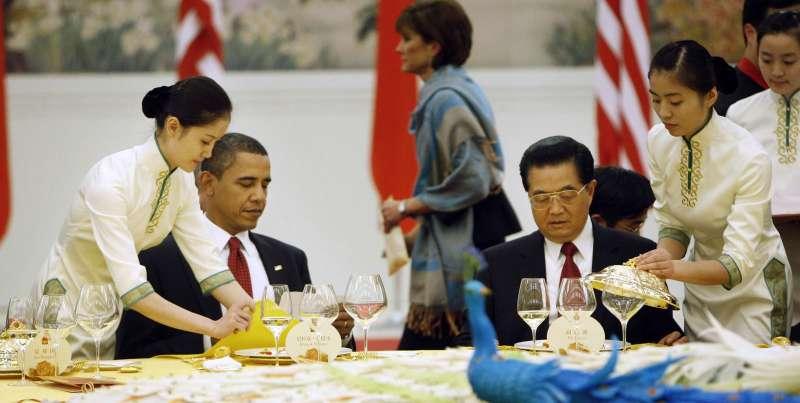 歐巴馬(左)會晤胡錦濤(右),設法就南海爭端、中國人權處境等事項與中方交流。(美聯社)