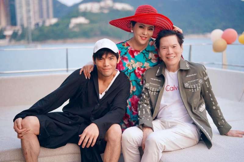 向華強(右)與陳嵐(中)育有2個兒子,大兒子向佐(左)跟父親一樣娶了台灣女子。(翻攝自向佐臉書)