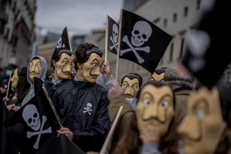 2020年12月17日,西班牙眾議院通過安樂死合法化法案,圖為抗議人群。(AP)