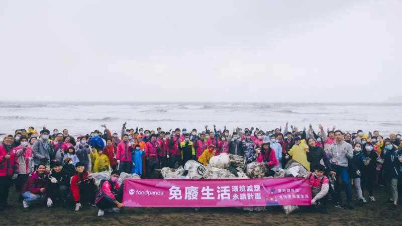 為響應環保減塑,foodpanda與海湧工作室合作,邀請外送夥伴一同參與,從今年開始投入淨灘。圖片來源/foodpanda