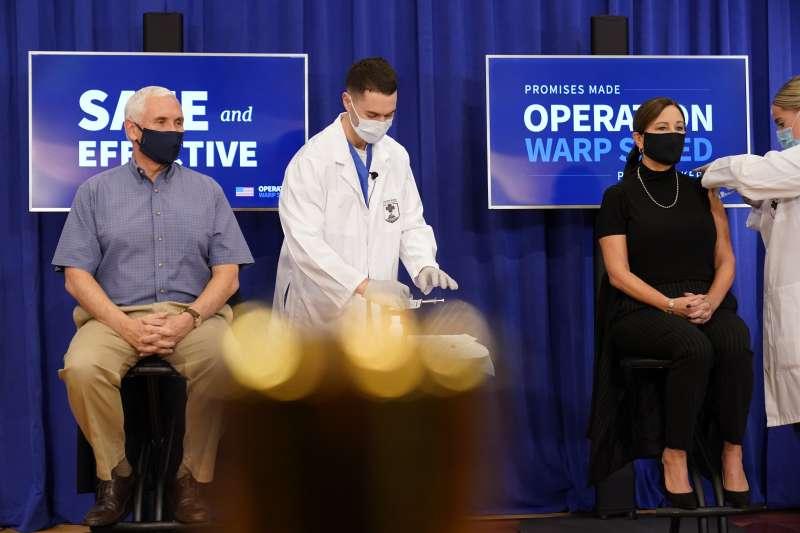 美國副總統彭斯與夫人凱倫18日上午在白宮接受新冠疫苗接種。(AP)