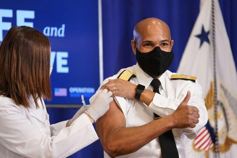 美國公衛總監亞當斯18日上午在白宮接受新冠疫苗接種。(AP)