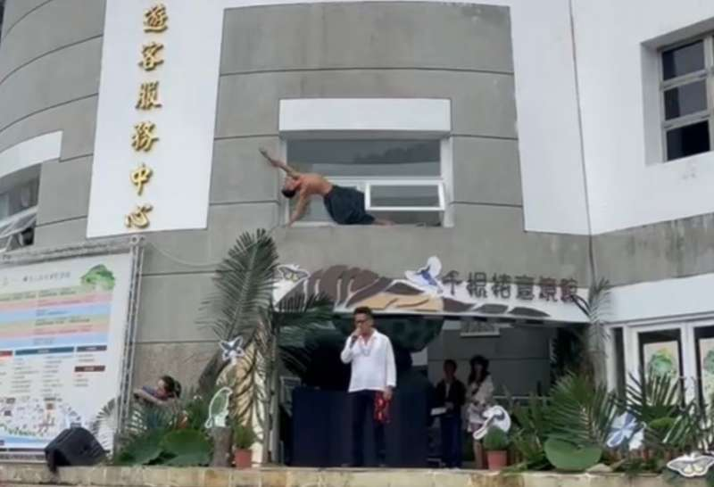 金曲歌王桑布伊(前)、國際舞者張逸軍(上)活動演出。 (圖/臺東林管處提供)