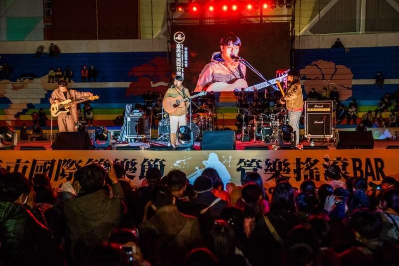 體育場晚會演出,是一場「音樂BAR」的嘗試與演繹,像調酒般,邀請大家品嚐不同於以往的管樂跨界無限可能。(圖/徐炳文攝)