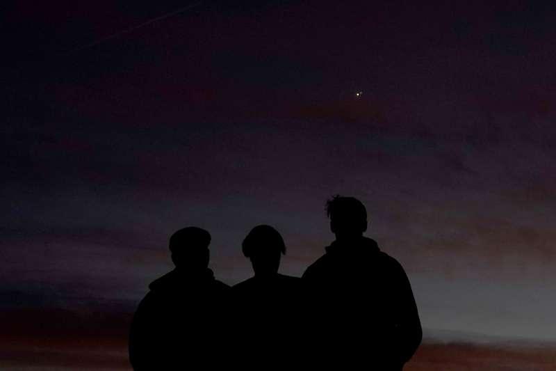 日落後是觀測木星土星合相的最佳時機。(美聯社)