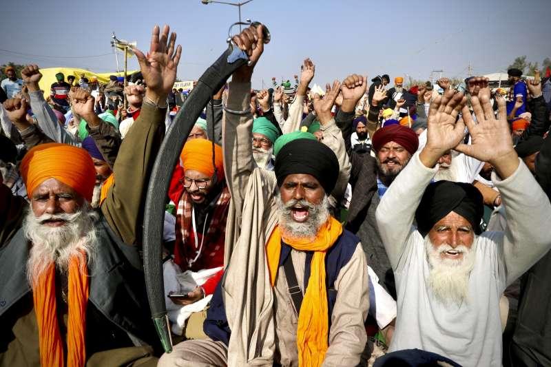 印度農民抗議農產交易市場化,要求莫迪政府保障農產品最低支持價格。(AP)