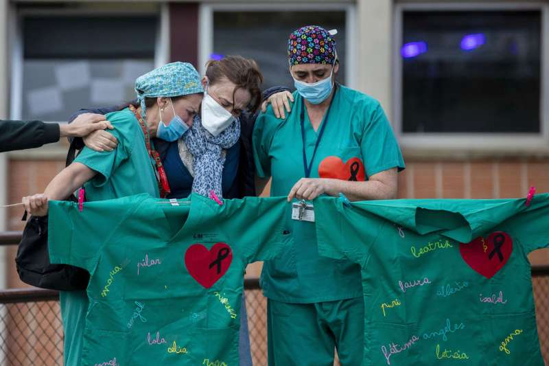 新冠疫情當前,全球醫護人員扛起重責堅守崗位,在傷痛與希望之間互相打氣。(美聯社)