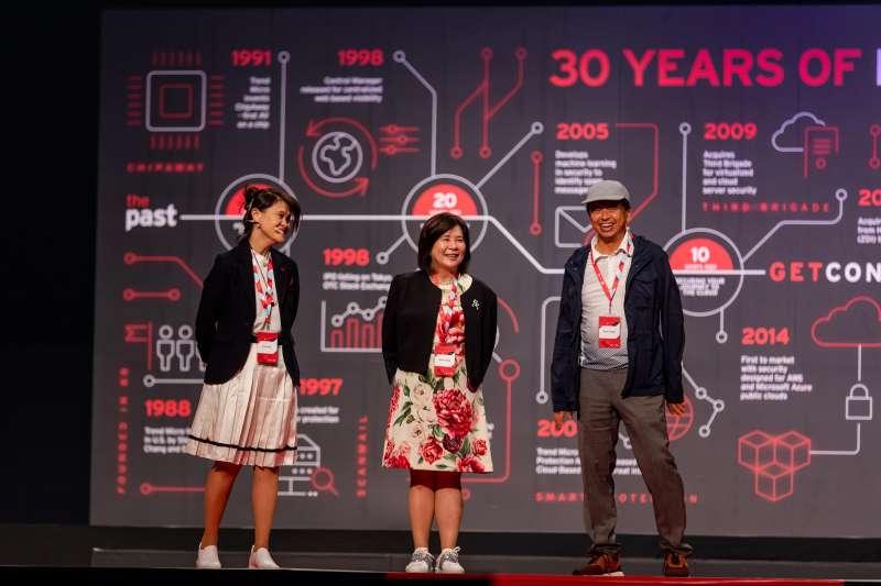 趨勢科技2018年於日本福岡舉行全球員工AI競賽,激勵員工發揮創意,陳怡樺、陳怡蓁、張明正等三位共同創辦人同台 。(趨勢科技提供)