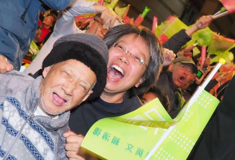翻轉2018年慘敗的低氣壓、以史上最高票擊潰暴起的韓流,蔡英文的支持者在開票夜欣喜若狂。(林瑞慶攝)