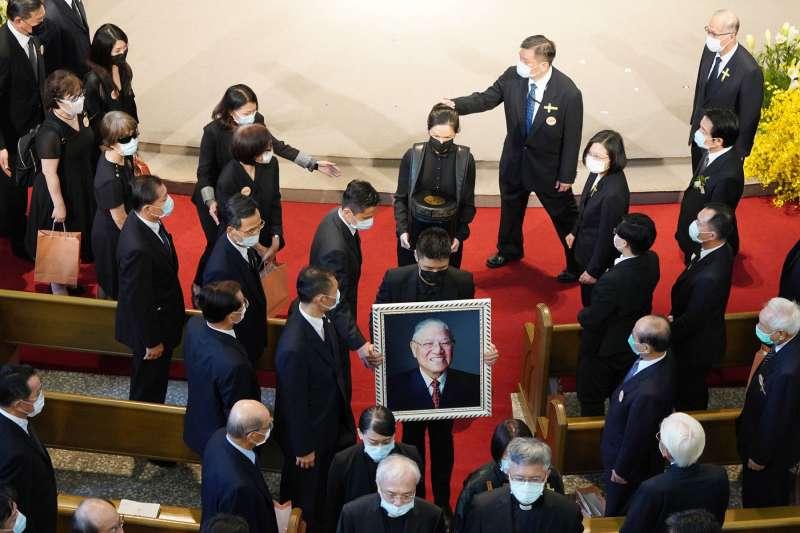 李登輝走下人生舞台,莊嚴肅穆國葬禮已不會動員的學生民眾沿街跪哭,為他「民主先生」稱號下了最好注解。(中央社)