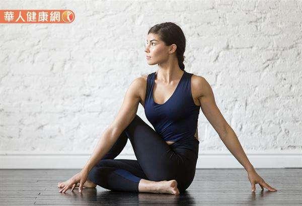 修復瑜伽中大部分的扭轉動作都是安全的,但事先做好周全的考量,還是很重要的。(圖/華人健康網提供)