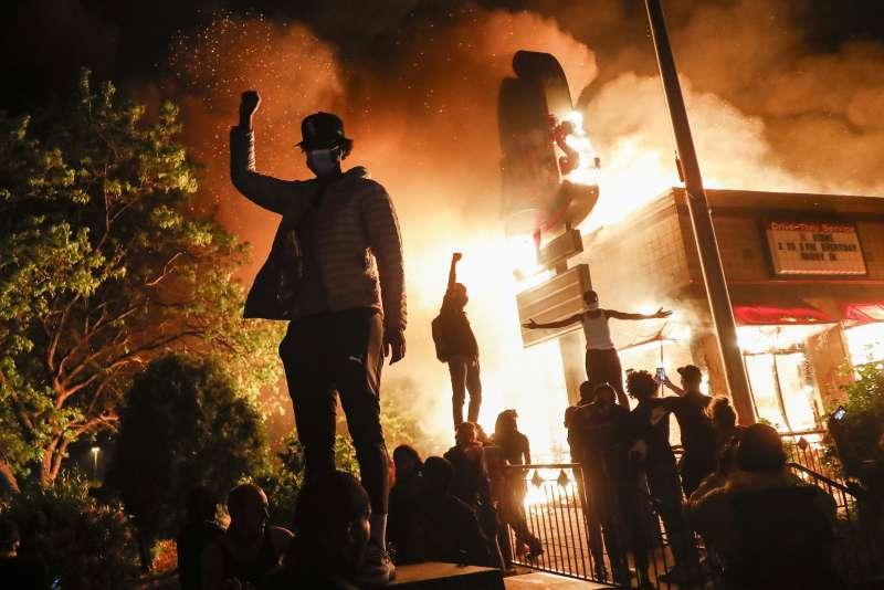 佛洛伊德之死抗爭變調,在全美各都市引發暴動,嚴重程度讓許多都市不得不宣布宵禁。(美聯社)