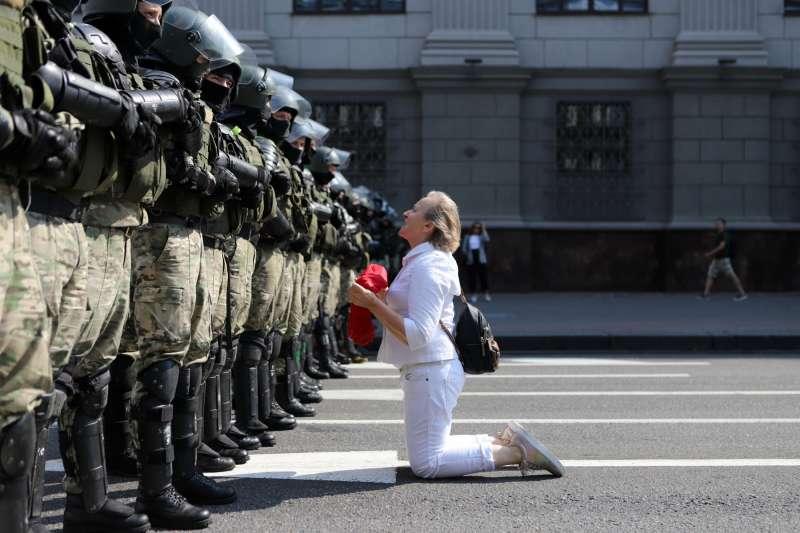 為了抗議「萬年總統」選舉舞弊,白俄羅斯民眾走上街頭與軍警對峙。(美聯社)