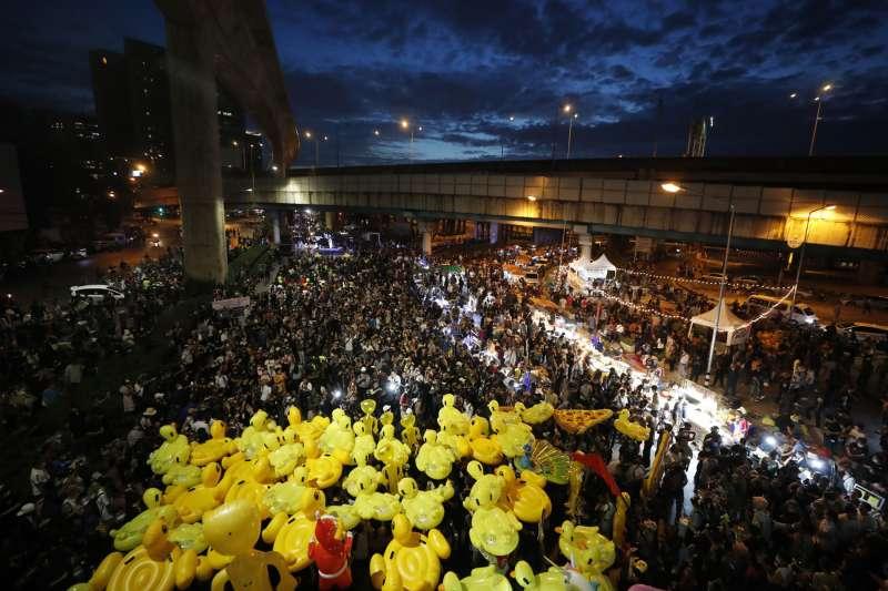 為了對政府表示不滿,泰國抗爭者甚至「動員」荷蘭藝術家霍夫曼作品黃色小鴨,當成抗爭道具。(美聯社)