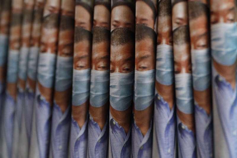 《港區國安法》生效後北京開始迫害香港異議人士,黎智英被捕當日,香港市民狂買黎智英創辦的蘋果日報以為聲援。(美聯社)