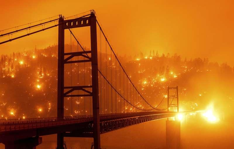 加州大火將整個舊金山灣區的天空染成恐怖的橘色,大火向外蔓延,已在全美至少10個州造成災害。(美聯社)