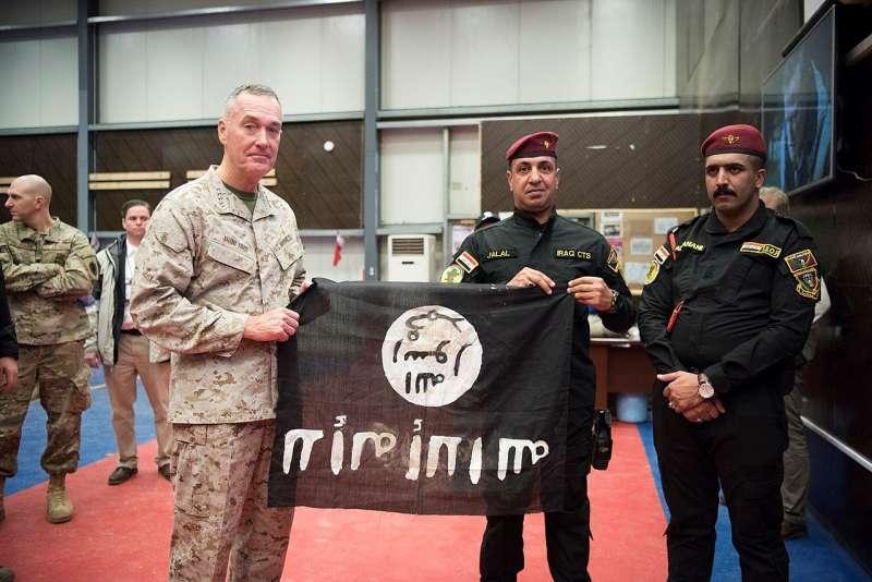 2016年12月24日,美軍參謀首長聯席會主席鄧福德(Joseph Dunford)將軍與伊拉克特戰部隊成員高舉從摩蘇爾俘虜到的伊斯蘭國旗幟合影。(照片取自美國國防部)