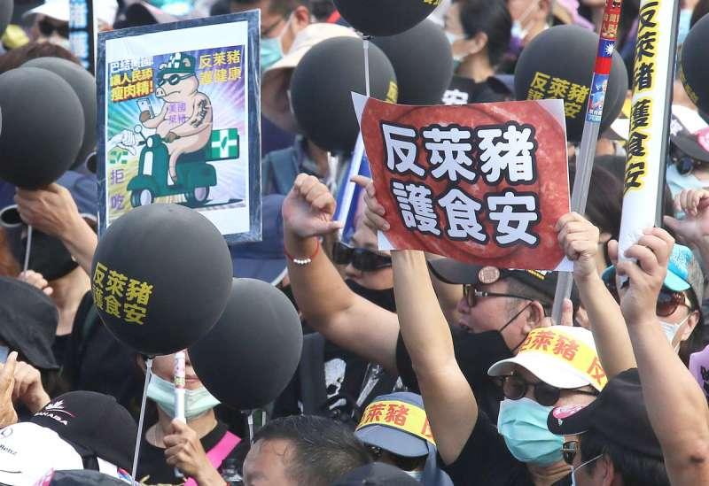 國民黨在秋鬥中反萊豬吸引不少民眾參加。(柯承惠攝)