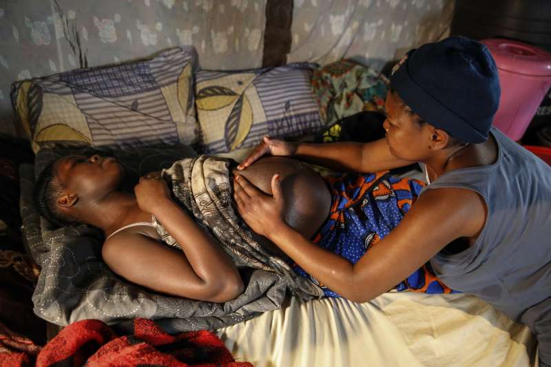 新冠疫情肆虐肯亞,青少女懷孕成為小媽媽的狀況在學校停課後激增。(AP)