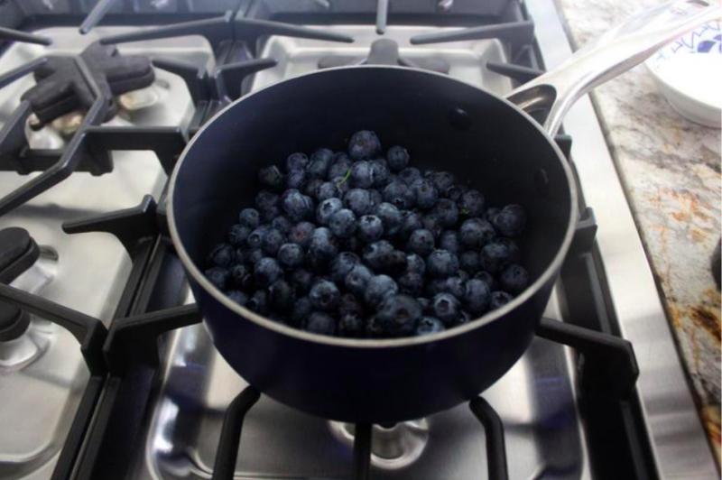 手工藍莓果醬製作過程。(圖/方格子Vocus)