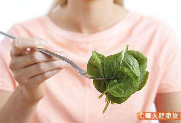 菠菜含有大量的β-胡蘿蔔素,適合快速水煮即撈起再吃。(圖/華人健康網)