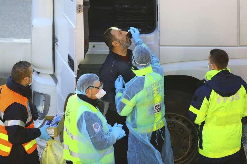 2020年12月25日,為防止新變種病毒入侵,法國更嚴格檢查從英國入境的卡車,導致數千名司機卡在車陣中過聖誕。(AP)