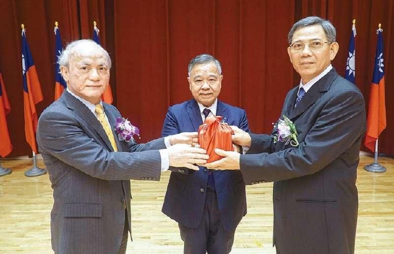 最高行政法院院長藍獻林退職,蔡英文總統表姐夫吳明鴻(左)繼任。(司法院官網)