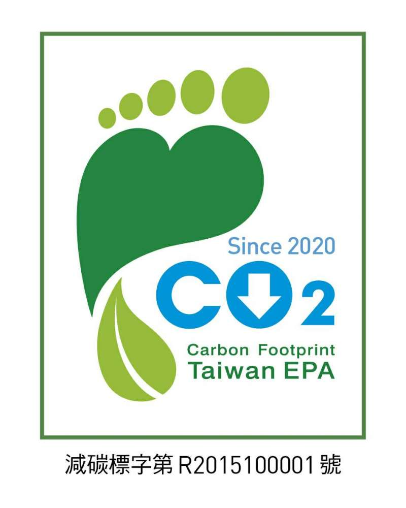 環保署頒發華信航空「碳足跡減量標籤證書」,為全球航空業首張減碳標籤。(華信航空提供)