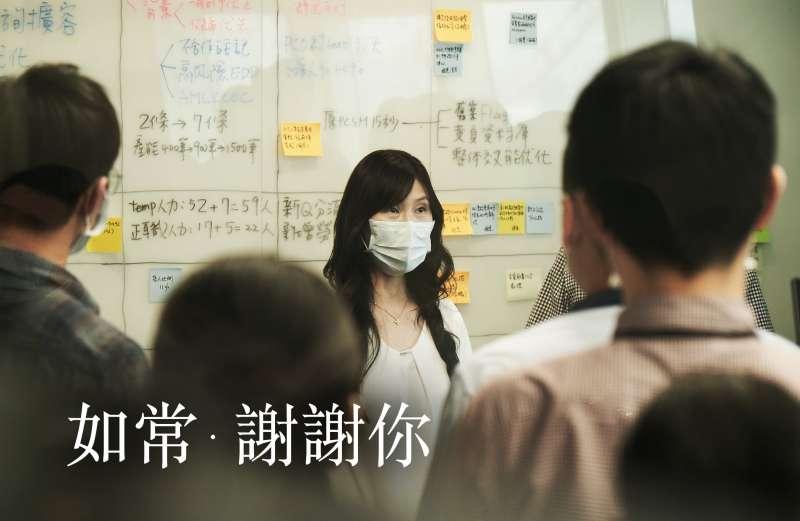 40位專案同仁一鏡到底不NG,中國信託「如常‧謝謝你」品牌形象影片還原支援防疫紓困貸款業務的艱辛與挑戰。(中國信託提供)