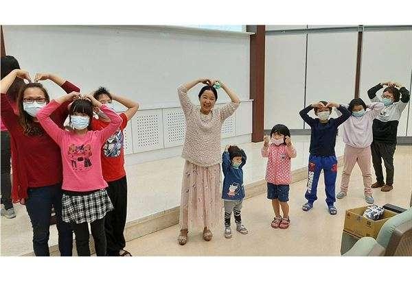 鄭名惠中醫師至台中市葫蘆墩文化中心分享「小朋友長高秘訣」:在家中每天跳5-10分鐘。(圖/豐原醫院提供)
