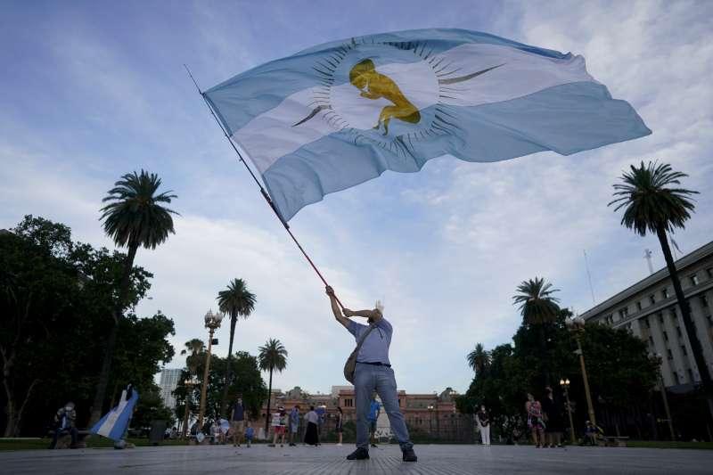 阿根廷墮胎合法化:反對者揮舞旗幟,國旗中央是胎兒圖樣。(美聯社)