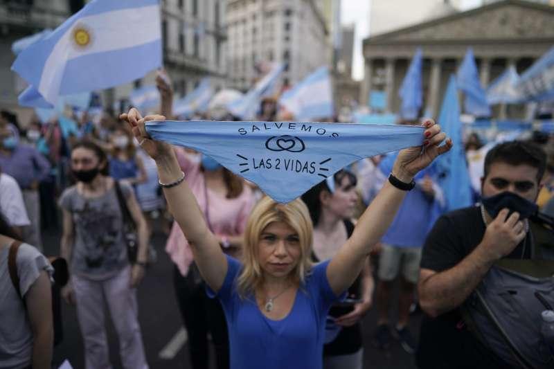 阿根廷墮胎合法化:反對者的藍頭巾印著標語「拯救兩條生命」。(美聯社)