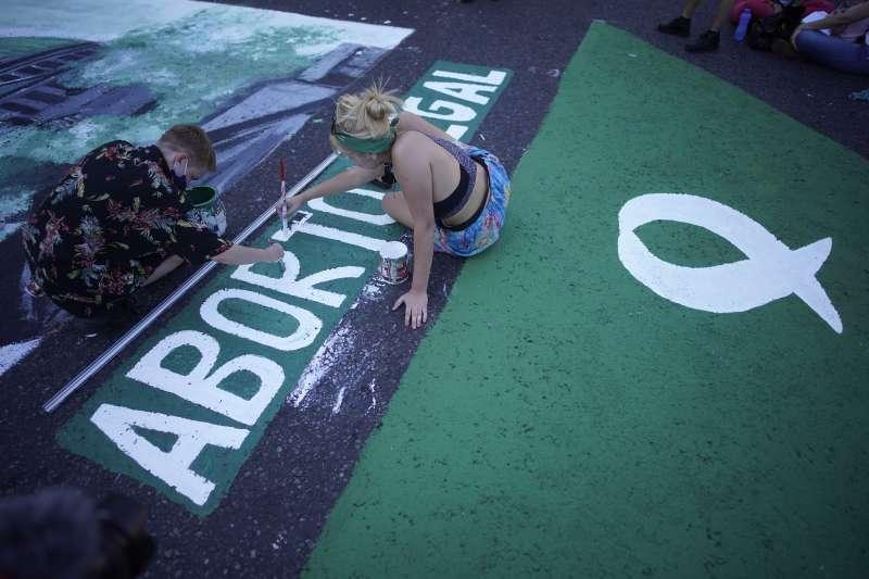 阿根廷墮胎合法化:支持者在國會外的路面彩繪「墮胎合法」字樣。(美聯社)