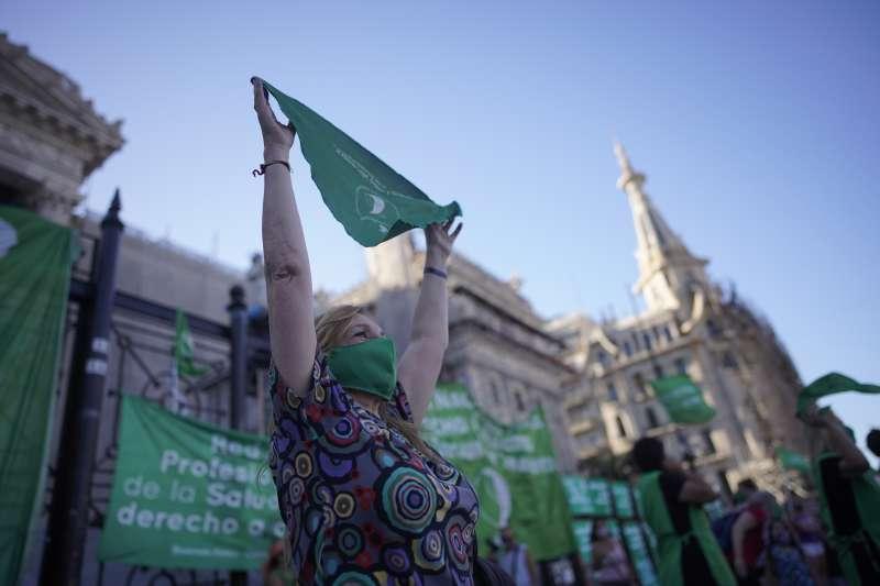 阿根廷墮胎合法化:支持者在國會外高舉綠頭巾標語。(美聯社)