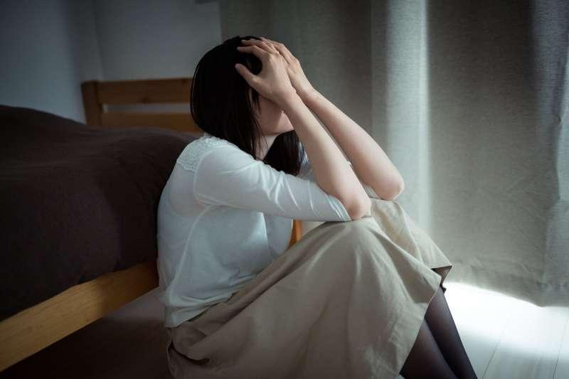 造成憂鬱症的原因非常多。(圖/取自PAKUTASO)