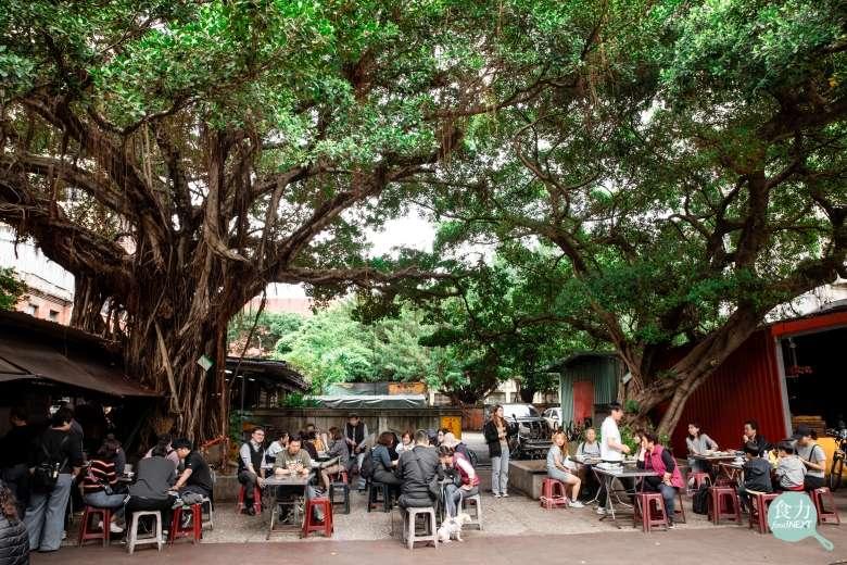 廟埕前的美味,齊聚在榕樹下品嚐肉粥傳統好滋味。(圖/食力foodNext)