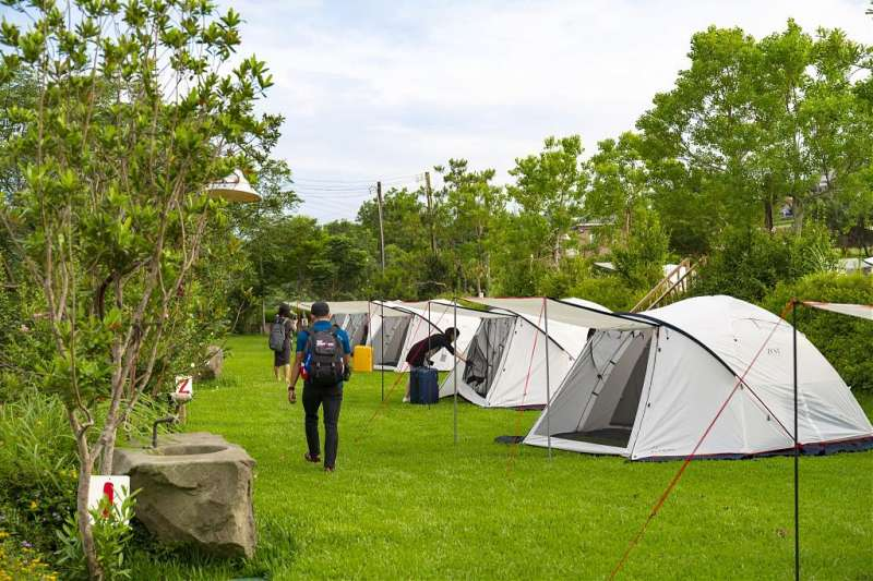 銅鑼必去景點推薦-黃金梯田露營區。 (圖/Tripbaa趣吧!自由行專家)