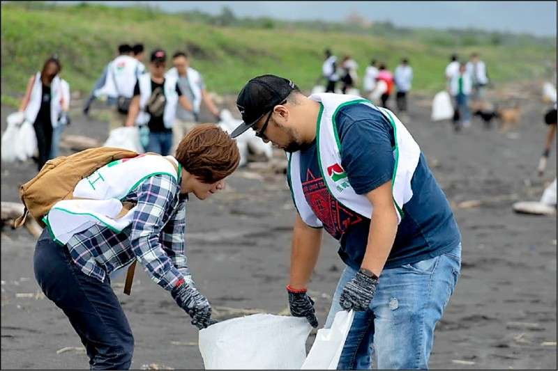 上百位信義志工前進宜蘭壯圍淨灘,幫助社區分攤大量人力的淨灘工作,共同守護海洋環境。