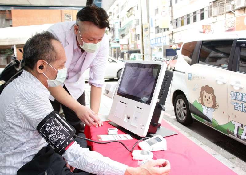 躍獅智慧藥局行動車駛入社區,為鄰里提供方便快速的一站式數位量測(血壓、血糖、血氧、體溫、體脂等)服務。(躍獅提供)